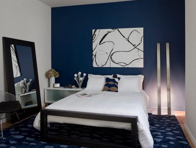 Moderno dormitorio con una pared en azul cobalto.