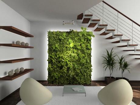 Un salón con un interesante jardín vertical.