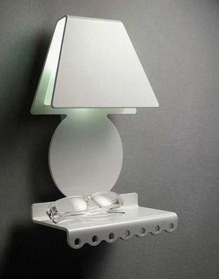 Una lámpara con un estante de pared incorporado.