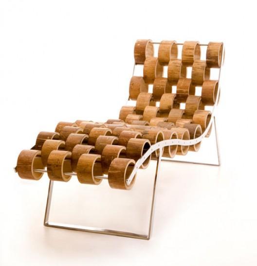 Una chaise longe de caña y acero cromado.