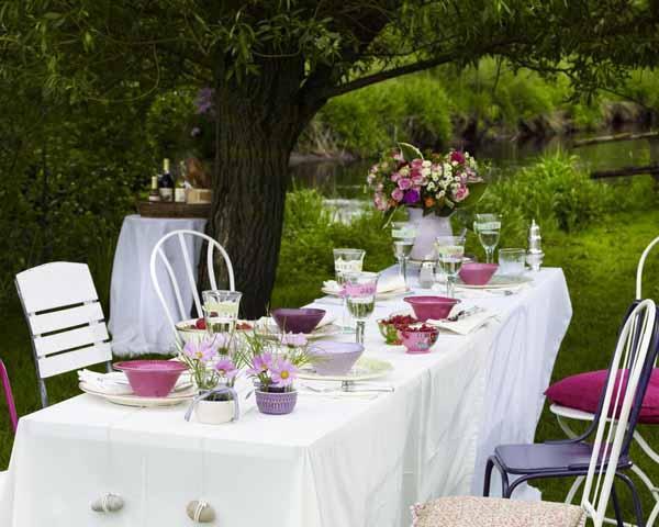 Blanco y gamas de violetas y rosas.