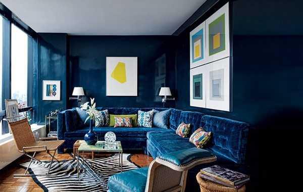 Salón con paredes cubiertas por un brillante estuco azul.