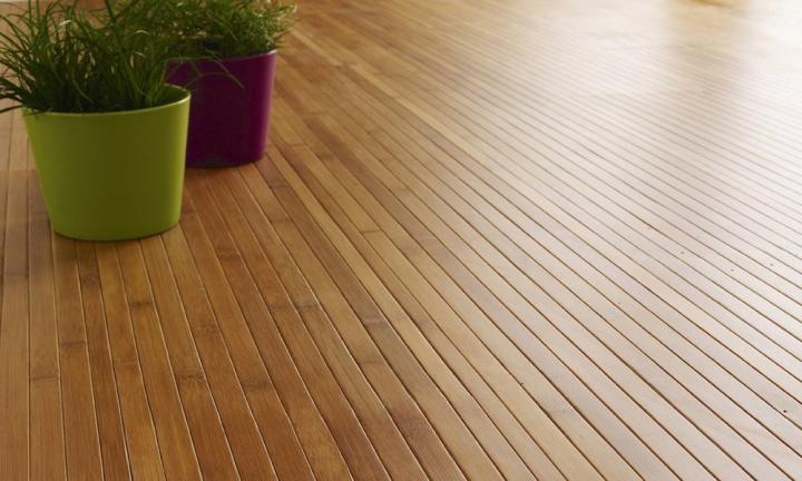 Un suelo cubierto de parquet de bambú.
