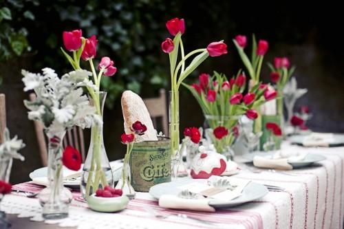 Blanco, fucsia y verde dominan la mesa.