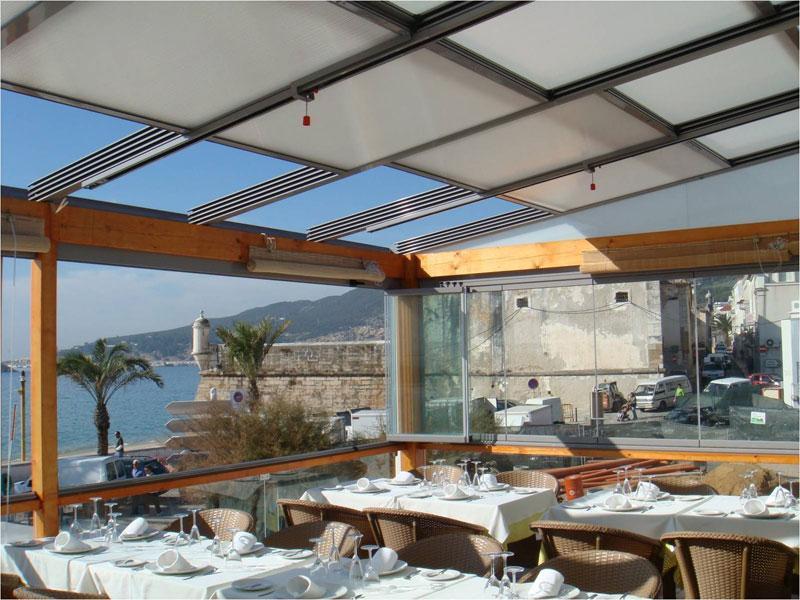 Restaurante con techo móvil motorizado.