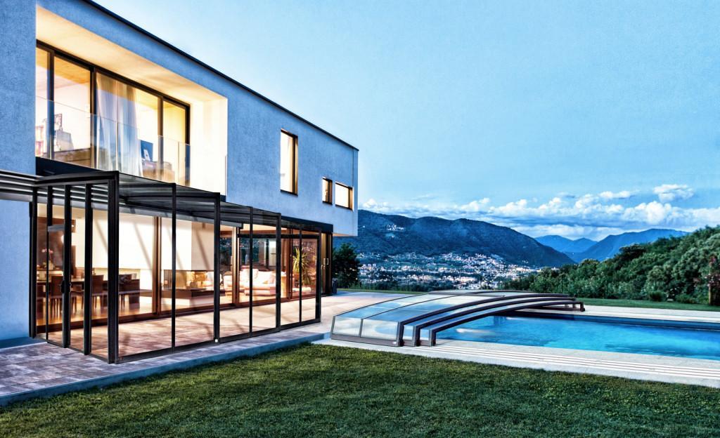 Terraza exterior y piscina.