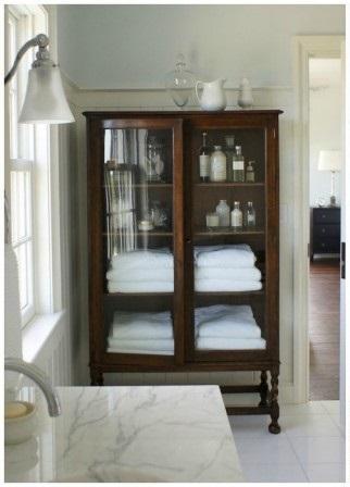 En el cuarto de baño para guardar los útiles de aseo.