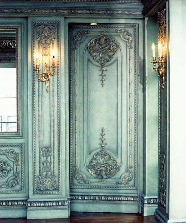 Camuflada con las molduras barrocas como parte de la decoración.