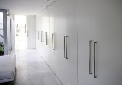 Aprovechar los pasillos con armarios - Tiradores para armarios empotrados ...