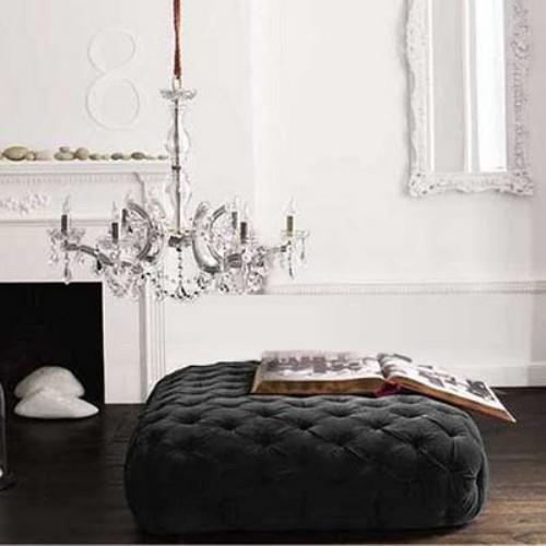 De forma cuadrada este modelo tapizado con terciopelo gris oscuro.