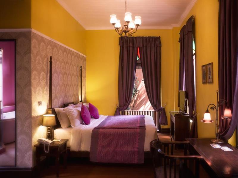 cama con altos pinculos ventanas de madera estrechas y altas