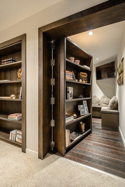 Una estanteria encastrada da paso a otra habitación.
