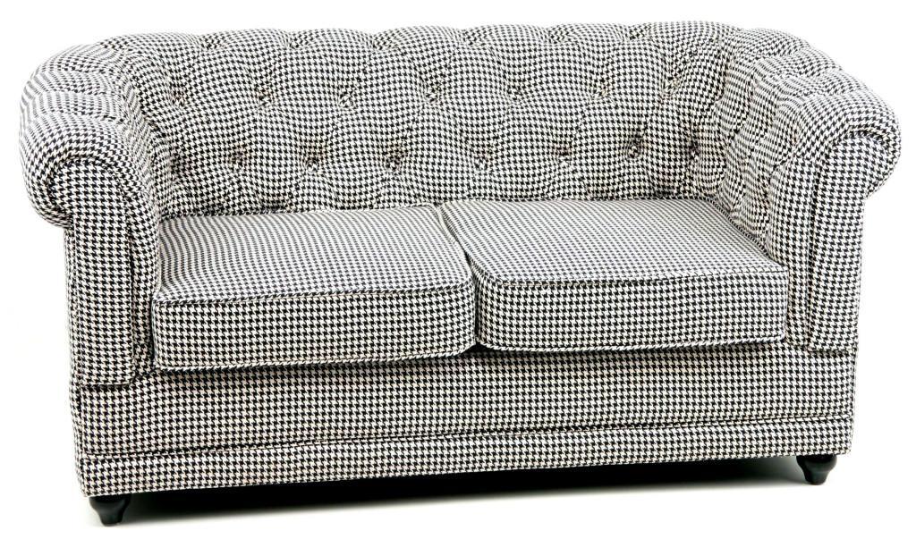 Un sofá Chester tapizado con un tejido de pata de gallo.