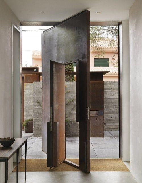 Un modelo en acero cor-ten, con dos puertas en una.
