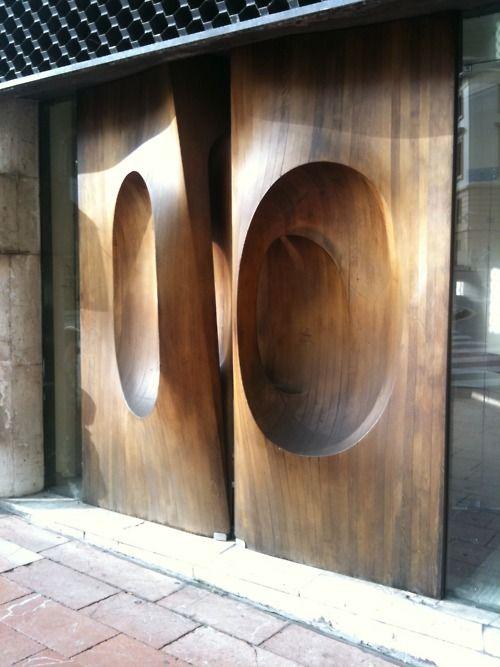 Un espectacular diseño fabricado con gruesa madera tallada.