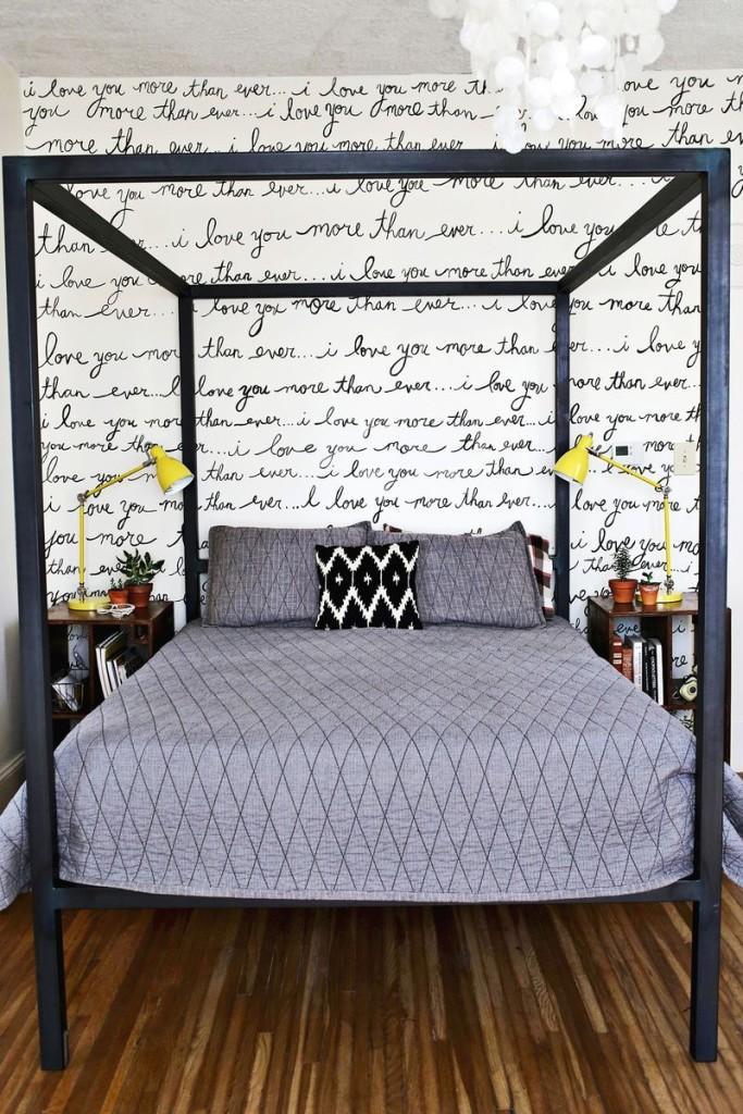 La pared tras la cama con frases escritas a mano.