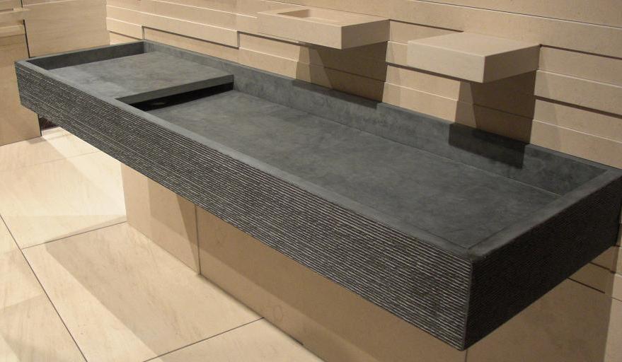 Un diseño alargado de lavamanos de este material.