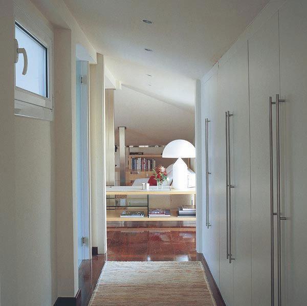 Aprovechar los pasillos con armarios - Puertas lisas blancas ...