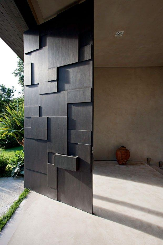 Modelo para la entrada pivotante con placas geométricas en relieve.