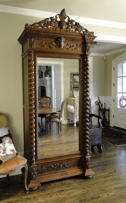Modelo antiguo de madera profusamente tallada.