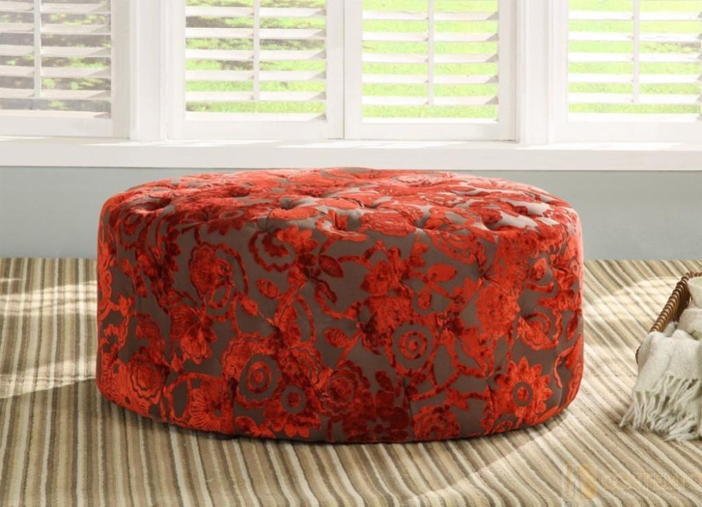 Un diseño circular forrado con un tejido estampado con relieves de terciopelo.
