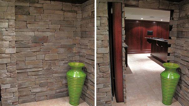 Una puerta escondida tras las piedras de esta pared.