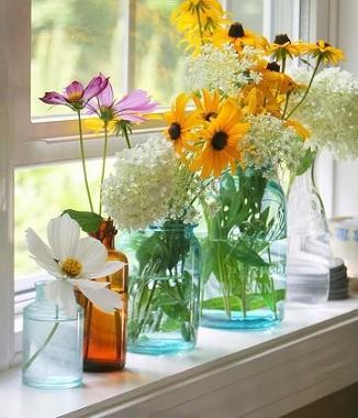 jarrones pequeos con flores del jardn de casa
