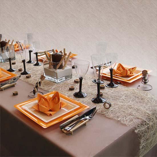 Elegante mesa decorada en naranja, blanco, gris y negro.