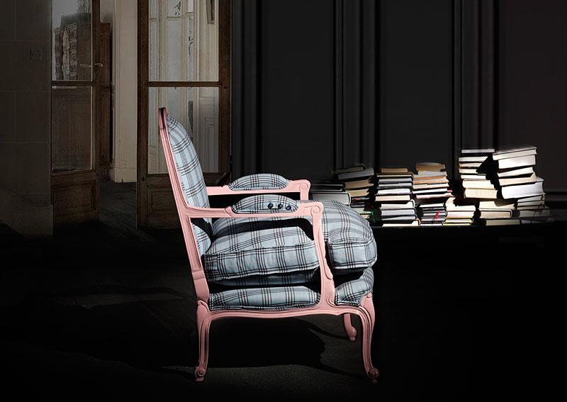 Un sillón clásico pintado de rosa con un tapizado de Príncipe de Gales.