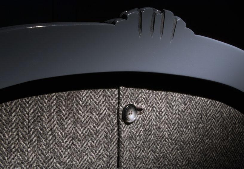Un sillón azul tapizado con una clásica tela de espiga.