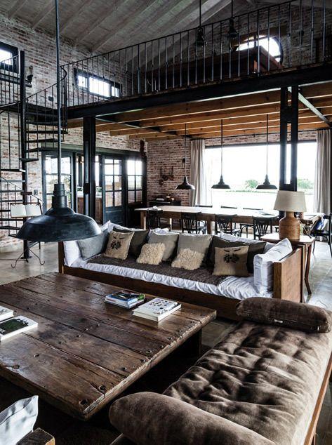 Espacio con una doble altura con estructura de vigas de acero y madera.
