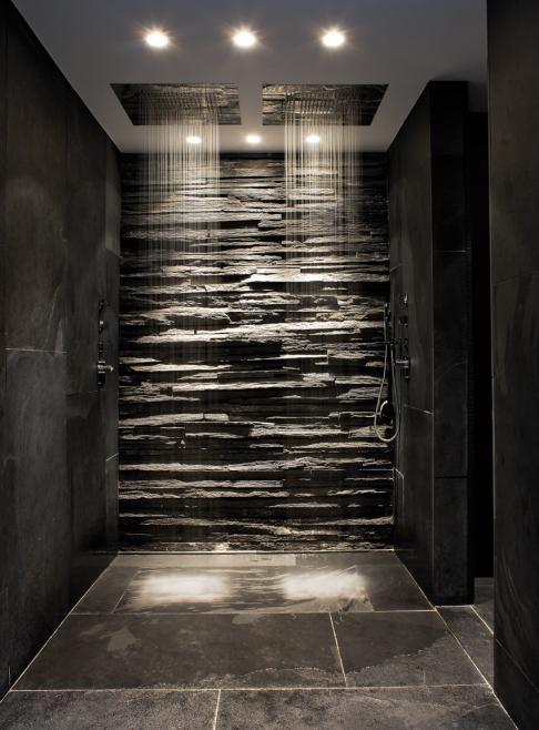 Las paredes y el suelo de esta zona de ducha cubiertas de pizarra.