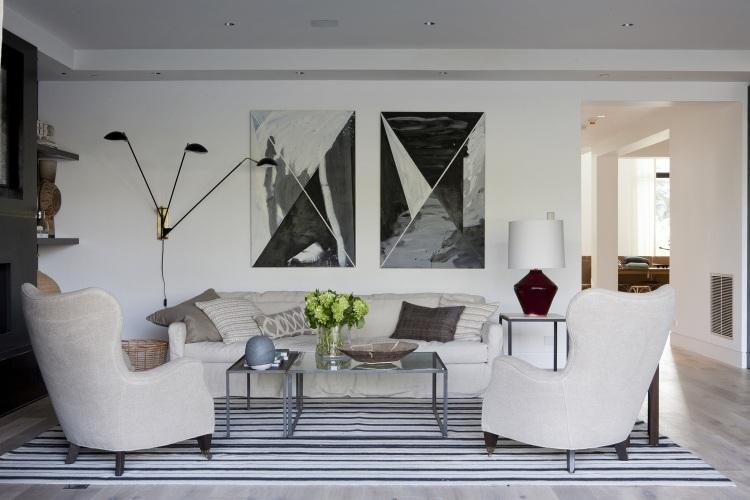 Dos pinturas en blanco y negro como dos pirámides con vista cenital.