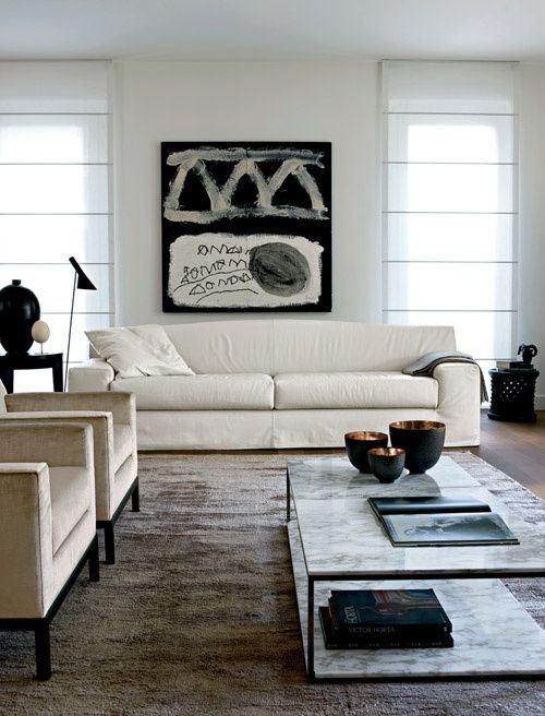 Una obra en blanco y negro sobre el sofá.