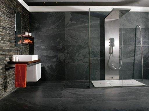 Grandes placas cubren las paredes y el suelo  del baño.