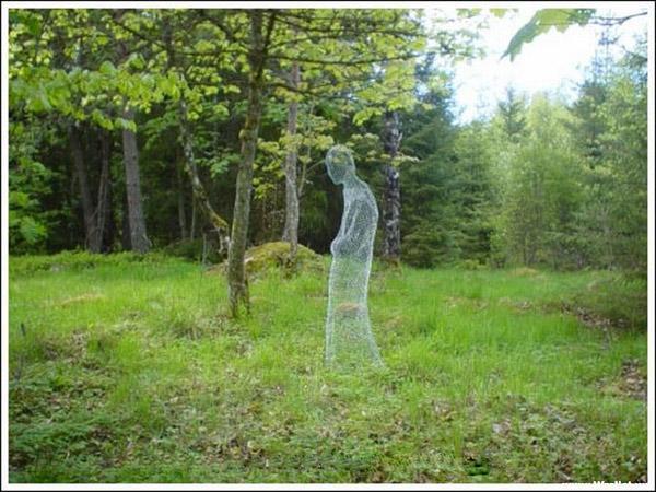 Interesante figuras fantasmales de tela metálica.