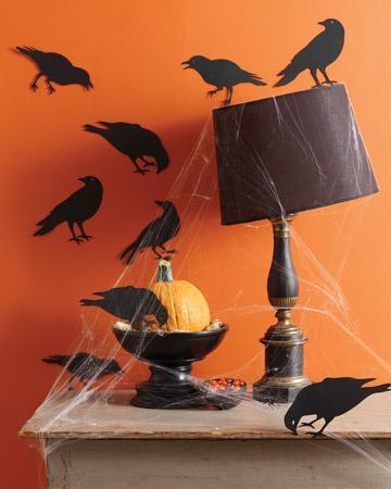 Un rincón con siluetas de cuervos y telarañas.