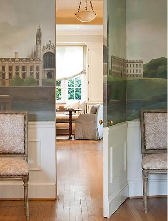 Un mural y un zócalo disimula esta puerta de paso.