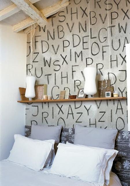 Una pared cubierta de grandes letras sueltas escritas a mano