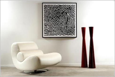 Una gran huella dactilar en color negro sobre fondo blanco.