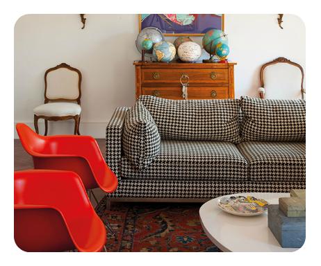 Patas de gallo en el sofá de este colorido salón.