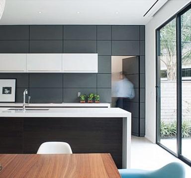 En una pared de la cocina, simulada con las piezas que la forman.