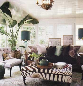 Un diseño con espacio para almacenaje tapizado con piel de cebra.