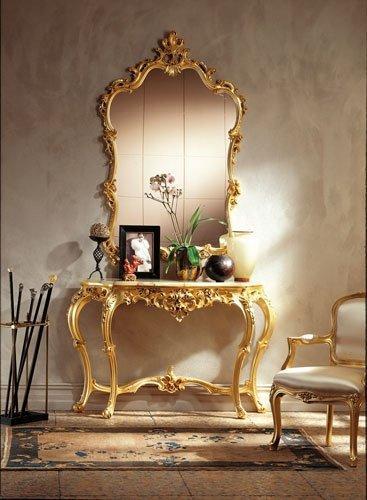 Consola y espejo cubiertos de pan de oro antiguos.