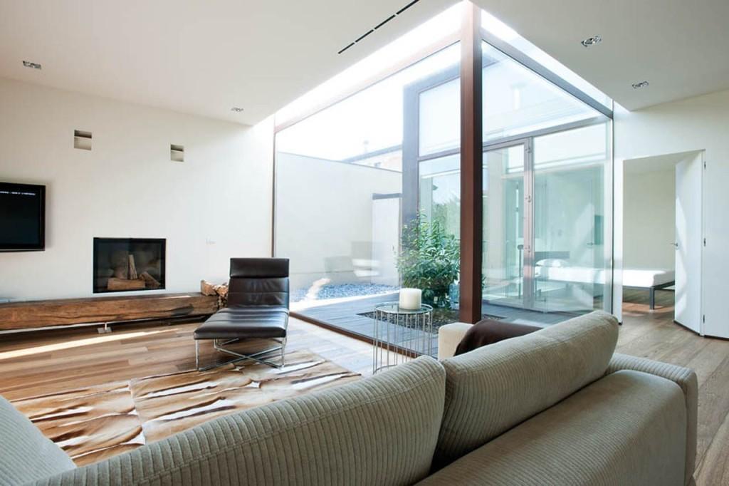 Un moderno salón con un patio interior acristalado.