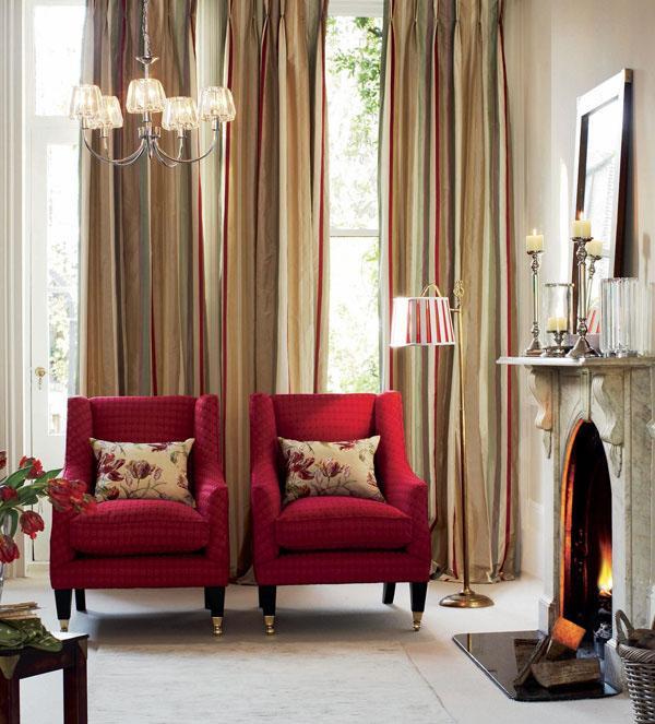 Dos sillones y las lineas verticales de las cortinas.
