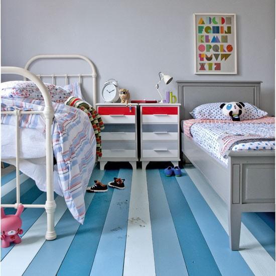 Grandes lamas de madera pintadas en tres diferentes tonos de azul.