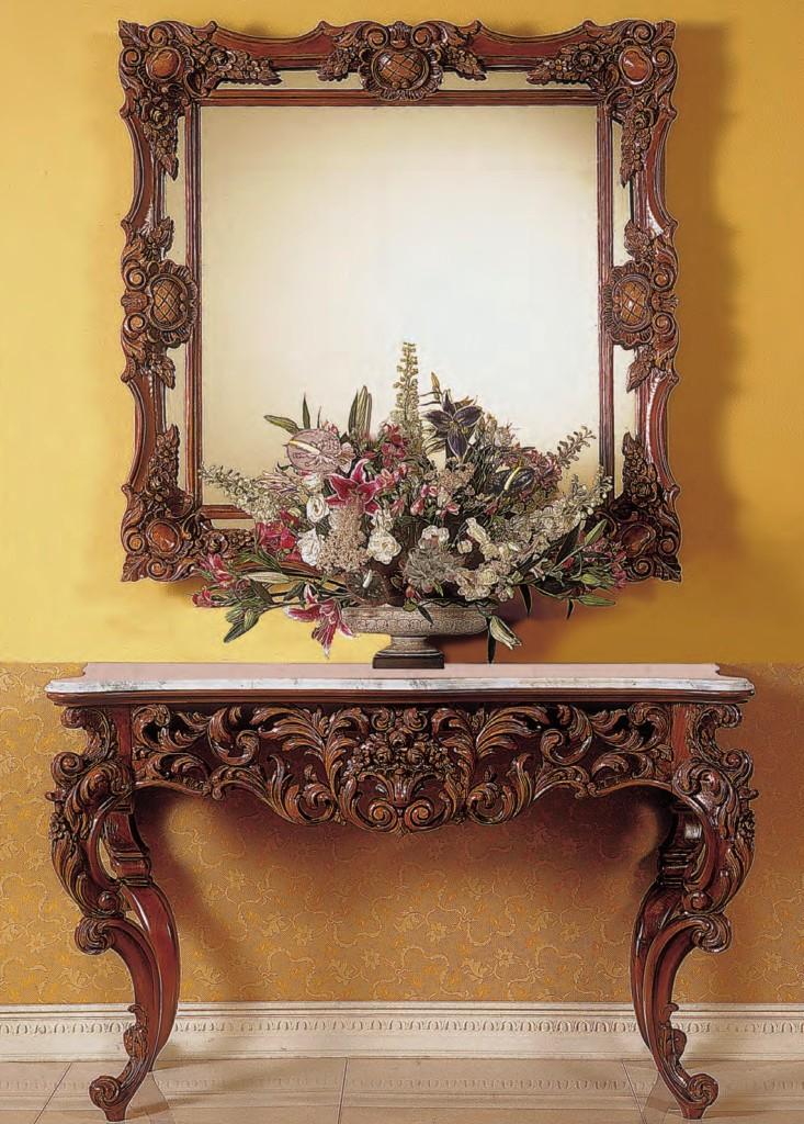 Consola y espejo estilo luis XV con elaboradas volutas.