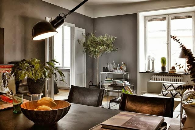 Gris hormigón a contraste con puertas y ventanas lacadas de blanco.