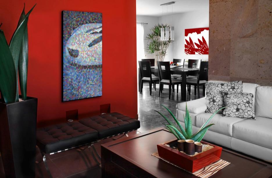 Una pared y los cuadros del comedor, son el estudiado contraste decorativo.